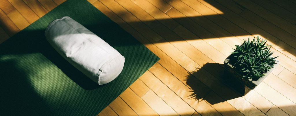 Tapis de yoga et coussin